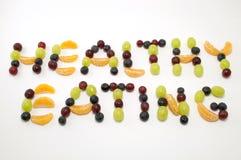 Gesundes Essen geschrieben in frische Frucht Lizenzfreie Stockfotos