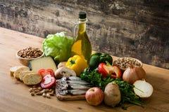 Gesundes Essen Olivgrüne Zwiebel Frucht, Gemüse, Korn, Nüsse Olivenöl und Fische lizenzfreie stockbilder