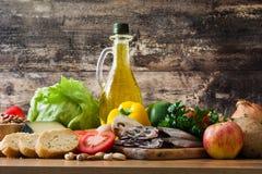 Gesundes Essen Olivgrüne Zwiebel Frucht, Gemüse, Korn, Nüsse Olivenöl und Fische stockbild