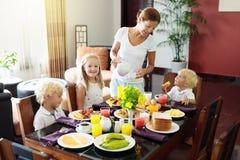 Gesundes Familienfrühstück für Mutter und Kinder lizenzfreies stockbild