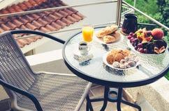 Gesundes Frühstück auf dem Balkon wird für eine Person gedient Lizenzfreie Stockfotos