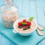 Gesundes Frühstück - Brei mit Beeren Lizenzfreies Stockbild