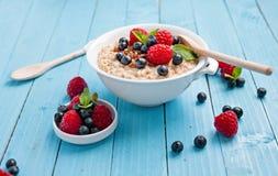 Gesundes Frühstück - Brei mit Beeren Lizenzfreies Stockfoto