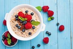 Gesundes Frühstück - Brei mit Beeren Stockbild