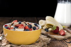 Gesundes Frühstück (Corn-Flakes mit Früchten) Lizenzfreie Stockbilder