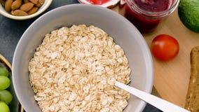 Gesundes Frühstück des Hafermehls und anderer Nahrung stock video footage