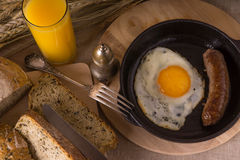 Gesundes Frühstück - durcheinandergemischte Eier und gebratene Wurst Stockfotografie