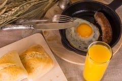 Gesundes Frühstück - durcheinandergemischte Eier und gebratene Wurst Stockbild