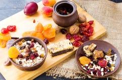 Gesundes Frühstück Frühstück gemacht von den Trockenfrüchten und vom Hafermehl Stockbilder