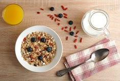 Gesundes Frühstück - Goji-Beeren mit Corn-Flakes Lizenzfreie Stockfotos