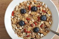 Gesundes Frühstück - Goji-Beeren mit Corn-Flakes Stockbild