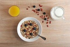 Gesundes Frühstück - Goji-Beeren mit Corn-Flakes Stockfotos