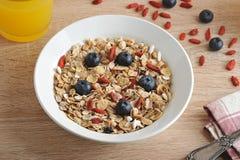 Gesundes Frühstück - Goji-Beeren mit Corn-Flakes Lizenzfreies Stockfoto
