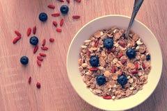 Gesundes Frühstück - Goji-Beeren mit Corn-Flakes Lizenzfreie Stockbilder