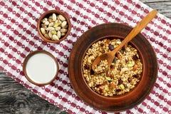 Gesundes Frühstück - Granola mit Honig, Hafermehl, Nüsse Lizenzfreie Stockfotos