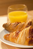 Gesundes Frühstück-Hörnchen und Orangensaft Lizenzfreie Stockfotografie