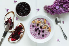 Gesundes Frühstück Hafermehl-Brei muesli mit Stockbild