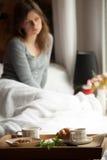 Gesundes Frühstück im Bett mit Kaffee Lizenzfreie Stockfotos