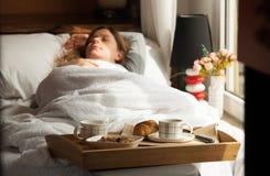 Gesundes Frühstück im Bett mit Kaffee Stockfotos