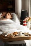 Gesundes Frühstück im Bett mit Kaffee stockfotografie