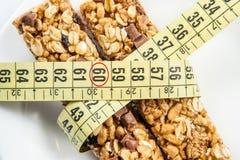 Gesundes Frühstück, Milch, Müsliriegel Stockfotografie