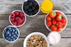 gesundes Frühstück mit Beeren auf hölzernem Hintergrund, Draufsicht Lizenzfreies Stockfoto