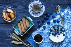 Gesundes Frühstück mit Blaubeeren und Bananenjoghurt Lizenzfreies Stockbild