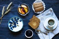 Gesundes Frühstück mit Blaubeeren und Bananenjoghurt Lizenzfreie Stockfotografie