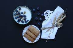 Gesundes Frühstück mit Blaubeeren und Bananenjoghurt Lizenzfreie Stockbilder