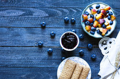 Gesundes Frühstück mit Blaubeeren und Bananenjoghurt Stockfotografie