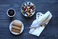 Gesundes Frühstück mit Blaubeeren und Bananenjoghurt Lizenzfreie Stockfotos