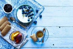 Gesundes Frühstück mit Blaubeeren und Bananenjoghurt Stockbild