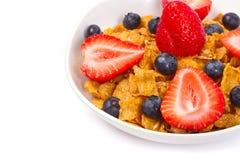Gesundes Frühstück mit Corn Flakes und Früchten Stockbild