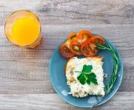 Gesundes Frühstück mit Hühneromelett und -tomate Stockfotos