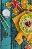 Gesundes Frühstück mit Hafermehl und Frucht Lizenzfreies Stockbild