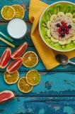 Gesundes Frühstück mit Hafermehl und Frucht Stockfoto