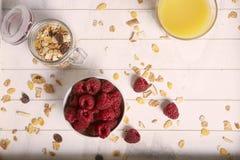 Gesundes Frühstück mit Himbeergetreide und Orangensaft Stockbild