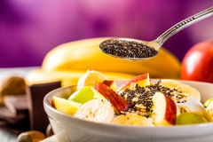 Gesundes Frühstück mit Jogurt-, Apfel-, Bananen- und chiasamen Stockfotografie