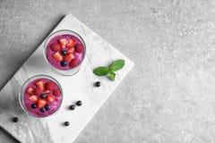 Gesundes Frühstück mit köstlichem acai Smoothie Stockfoto