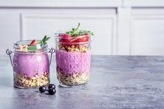 Gesundes Frühstück mit köstlichem acai Smoothie Stockbild