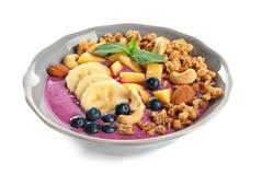 Gesundes Frühstück mit köstlichem acai Smoothie auf Platte auf Weiß Lizenzfreies Stockbild