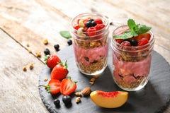 Gesundes Frühstück mit köstlichem acai Smoothie in den Gläsern Lizenzfreies Stockfoto