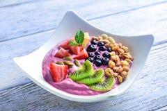 Gesundes Frühstück mit köstlichem acai Smoothie in der Platte Stockfotografie