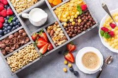 Gesundes Frühstück mit Kaffee und Getreide lizenzfreie stockbilder