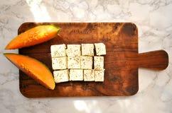 Gesundes Frühstück mit Kantalupe und Feta Stockbilder