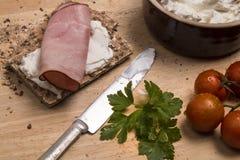 Gesundes Frühstück mit knusprigem Brot, Quark und geräuchertem Schinken stockbild
