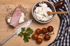 Gesundes Frühstück mit knusprigem Brot, Quark und geräuchertem Schinken stockfoto