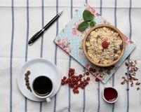 Gesundes Frühstück mit muesli, Himbeere, Kirschen und Kaffee Lizenzfreies Stockbild