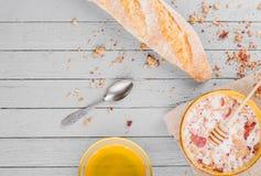 Gesundes Frühstück mit muesli und Honig stockbilder