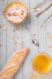 Gesundes Frühstück mit muesli und Honig stockfotos